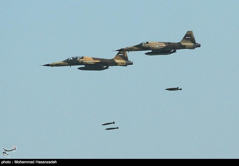 اخبار رزمایش ارتش جنگندههای اف۵ و صاعقه مراکز حساس دشمن فرضی را منهدم کردند