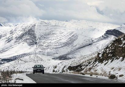 بارش برف در جاده چالوس/ مهگرفتگی در محورهای ۲ استان